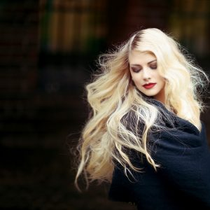 Hoe kun je donker gekleurd haar blonderen of lichter maken?